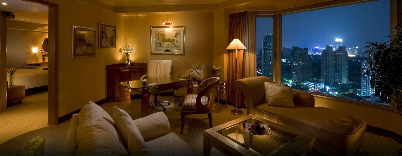 Separate Wohn- und Schlafzimmer bietet die Panorama Suite des Hilton Shanghai den Gästen an