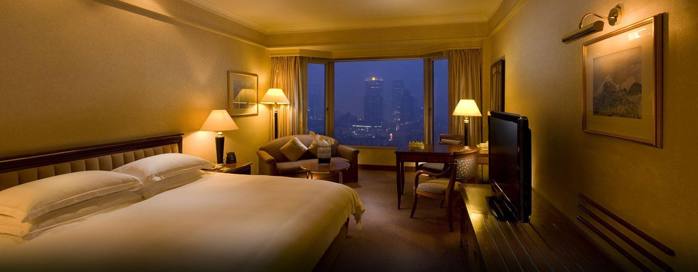Genießen Sie den Ausblick auf die Weltmetropole Shanghai und das bequemes King-Size-Bett im Gästezimmer