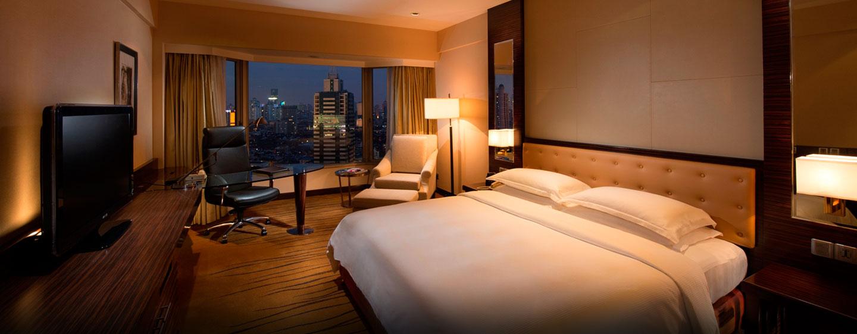 Beqeum arbeiten können Sie am großen Schreibtisch im Deluxe Zimmer des Hilton Shanghai
