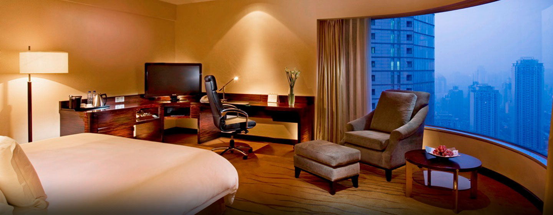 Die Executive Zweibettzimmer sind mit bequem Betten und einem großen Schreibtisch ausgestattet