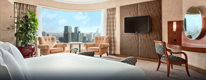 Ein überwältigendes Panorama auf die Stadt eröffnet sich aus der Panorama Suite des Hilton Shanghai