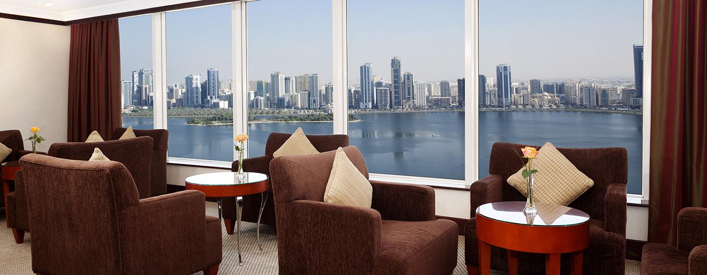 Den Ausblick auf die Stadt können Sie aus der bequemen Lounge bewundern