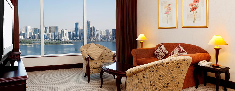 Im schönen Wohnbereich der Suite können Sie auf dem großen Fernseher einen Film bequem schauen