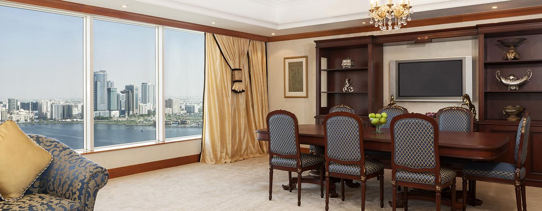 In der Lounge der Royal Suite befindet sich ein großer Esstisch