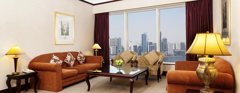 Hilton Sharjah Hotel, VAE– Lounge der Ambassador Suite mit King-Size-Bett