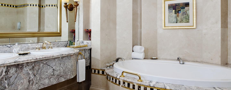 Erfrischen Sie sich im stilvollen Badezimmer der Royal Suite