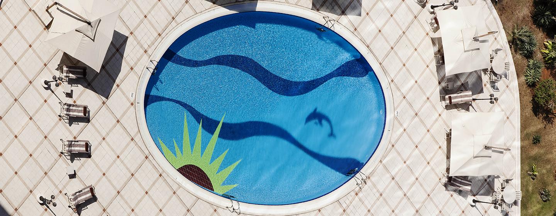 Schwimmen Sie im großen Pool oder entspannen Sie in der Sonne auf einem Liegestuhl