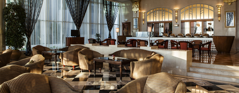 Lassen Sie sich leckere Drinks in der Lounge des Hilton Sharjah schmecken