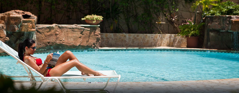 Hotel DoubleTree by Hilton San Juan, Puerto Rico - Huésped descansando junto a la piscina