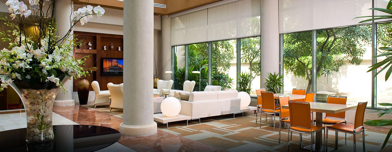 Hotel DoubleTree by Hilton San Juan, Puerto Rico - Área de estar en el lobby