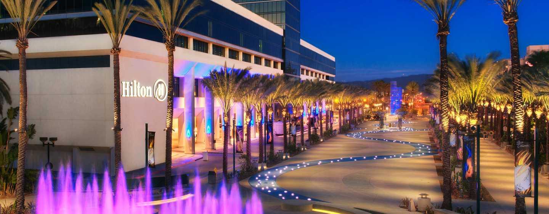 Hôtel Hilton Anaheim, Californie - Extérieur de l'hôtel la nuit