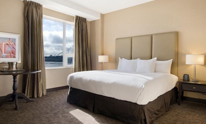 Hôtel Hilton Saint John, NB, Canada - Chambre avec très grand lit et vue sur la ville