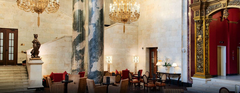 Verweilen Sie in der beeindruckenden Eingangshalle des Hotels