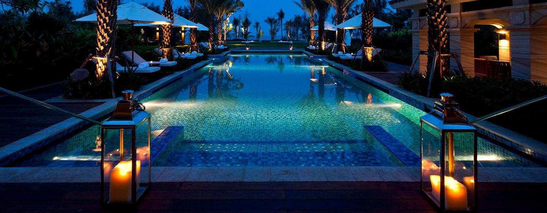 Erfrischen Sie sich auch Nachts in unserem großen und beleuchteten Außenpool direkt vor der Tür Ihrer Hotelzimmers