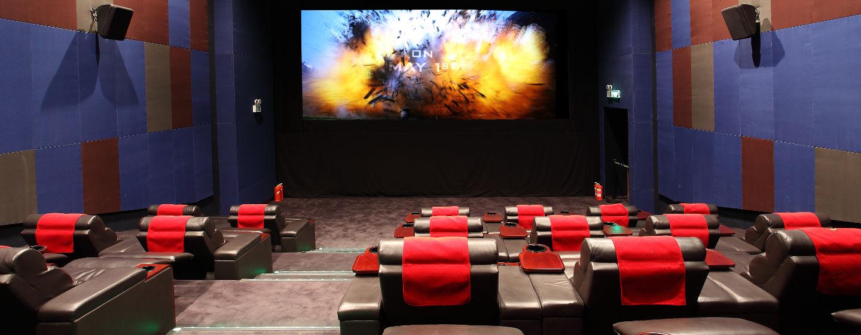 Schauen Sie sich einen Film im nebenan gelegenen Wanda Culture Center an