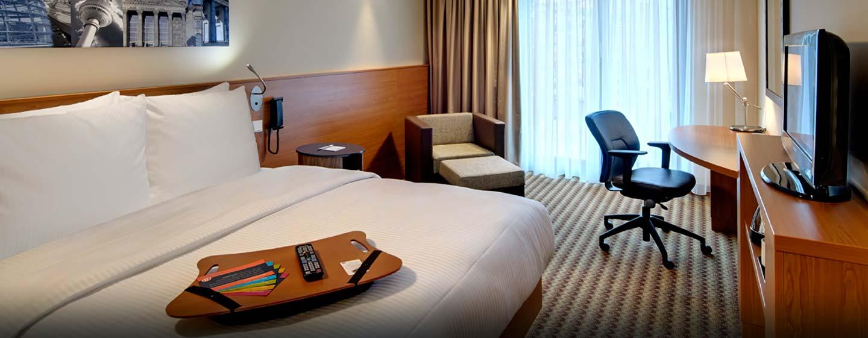 Hampton by Hilton Berlin City West, Deutschland – Zimmer mit Queen-Size-Bett