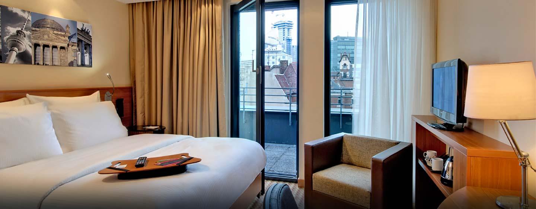 Hampton by Hilton Berlin City West, Deutschland – Zimmer mit Queen-Size-Bett und Balkon