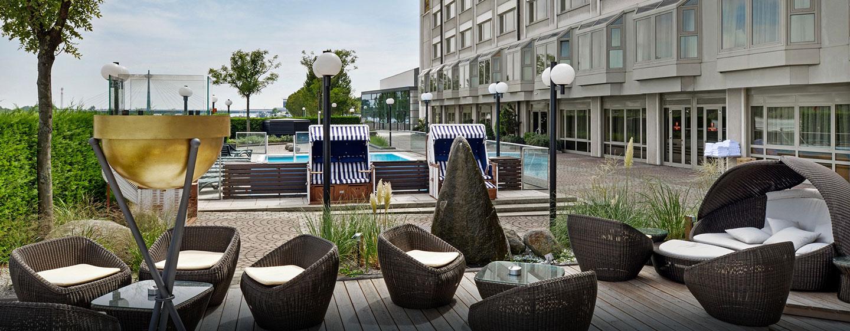 Entspannen Sie sich im Außenbereich des Hotels oder schwimmen Sie im schönen Pool