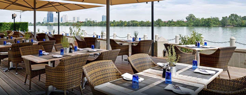 Im Sommer können Sie sich Gerichte aus dem Restaurant auf die Terrasse servieren lassen