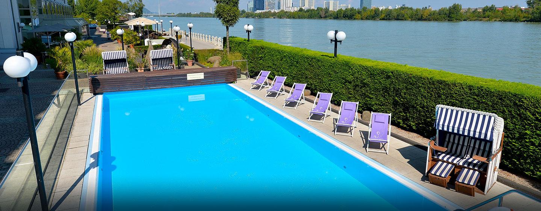Der Pool ist nur wenige Meter von der Donau entfernt