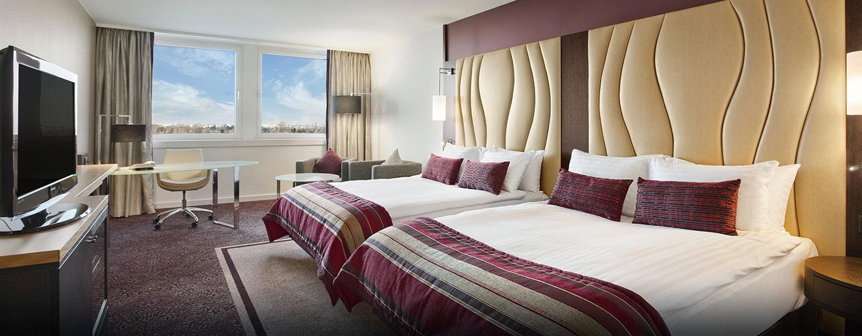 Das große Zimmer ist mit zwei Queen-Size-Betten ausgestattet