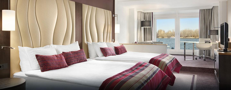 Genießen Sie den Blick auf die Donau aus der luxeriösen Junior Suite des Hilton Vienna Danube Waterfront