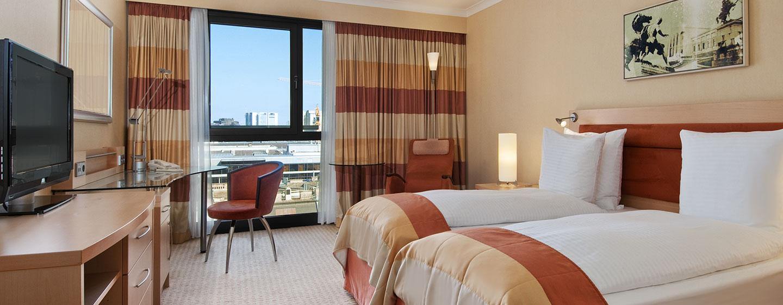 Hotel Hilton Vienna, Austria - Camera con letti separati e vista sulla città