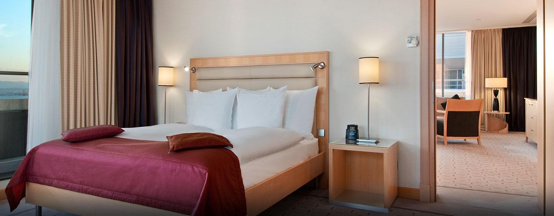 Das große Bett in der Suite bietet Ihnen hohen Schlafkomfort