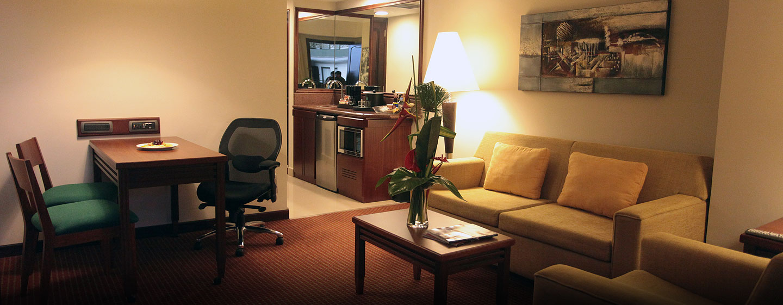 Hotel Embassy Suites by Hilton Valencia-Downtown, Venezuela - Sala de estar de la suite