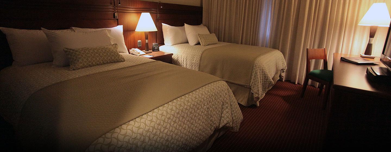 Hotel Embassy Suites by Hilton Valencia-Downtown, Venezuela - Dormitorio de la suite con camas dobles