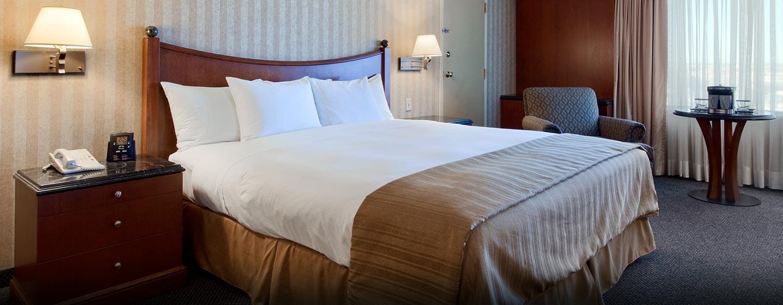 Hôtel Hilton Montreal-Laval, Canada - Suite d'angle avec un très grand lit