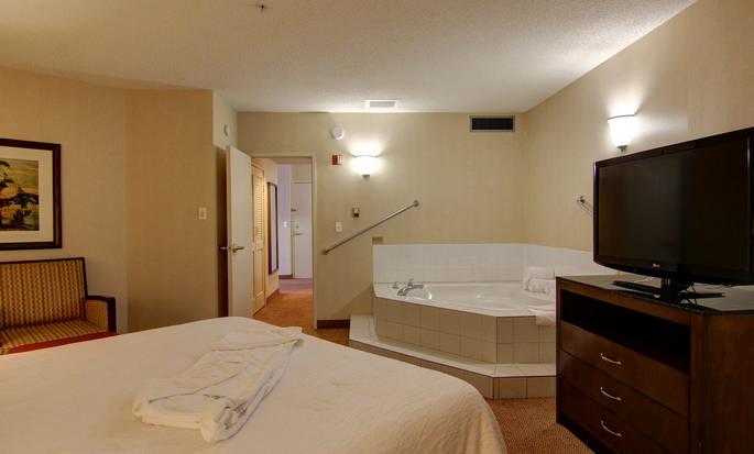 Hôtel Hilton Garden Inn Calgary Airport, AB, Canada - Suite avec très grand lits et bain à remous