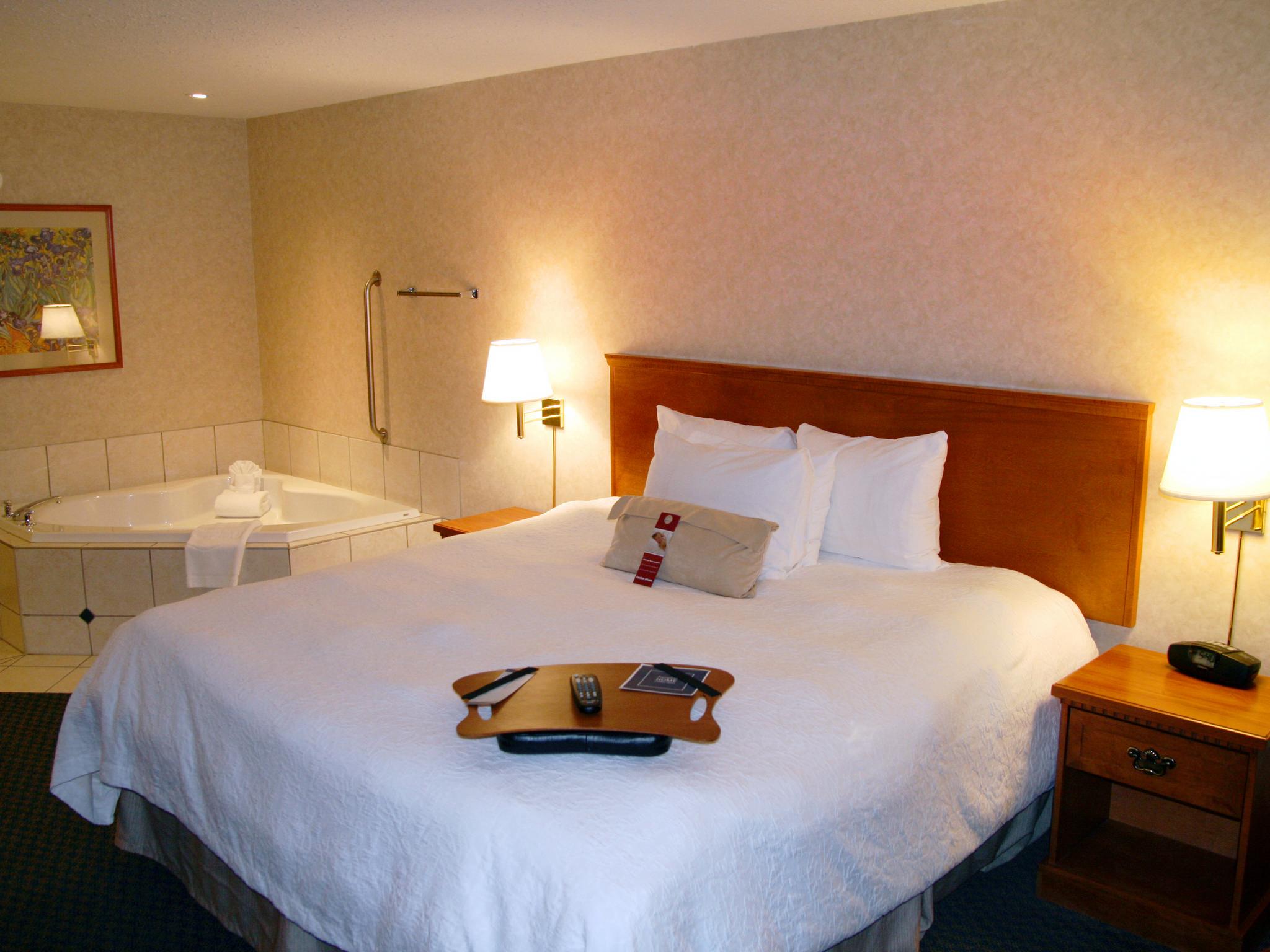 Hôtel Hampton Inn & Suites By Hilton Calgary-University Northwest, Alb., Canada - Chambre avec très grand lit et bain à remous