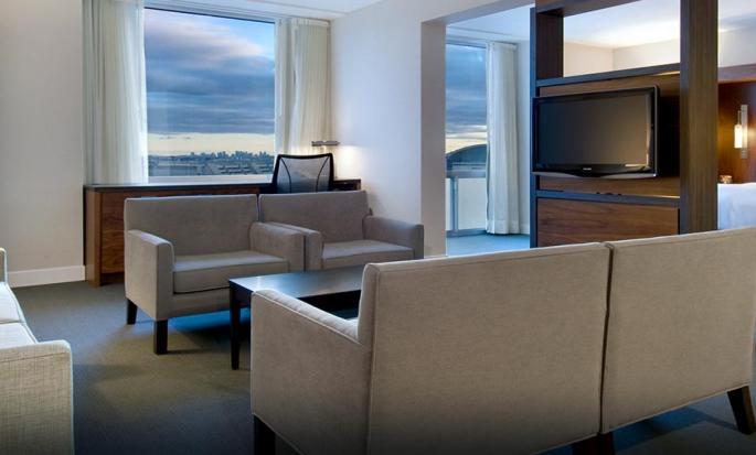 Hôtel Hilton Toronto Airport Hotel & Suites, ON, Canada - Entrée d'une chambre d'angle avec très grand lit