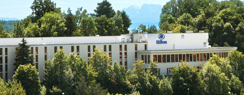 Das schöne Hotel ist von Wald umgeben