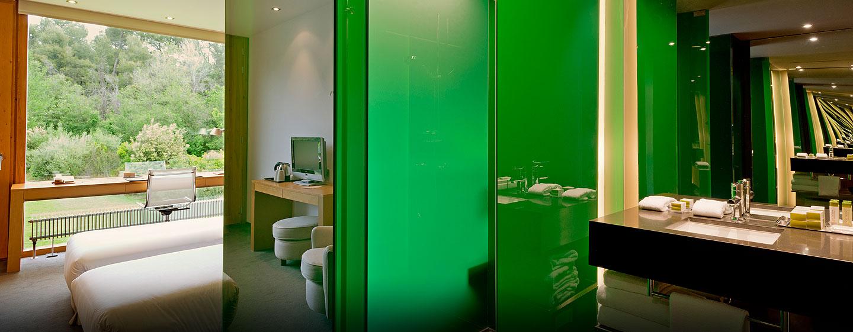 DoubleTree by Hilton Hotel & Conference Center La Mola, Terrassa, España - Baño de la habitación con camas gemelas