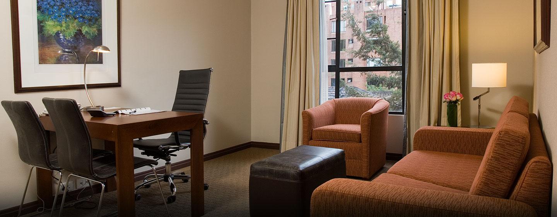 Hotel Embassy Suites by Hilton Bogotá - Rosales - Colombia - Sala de estar y mesa