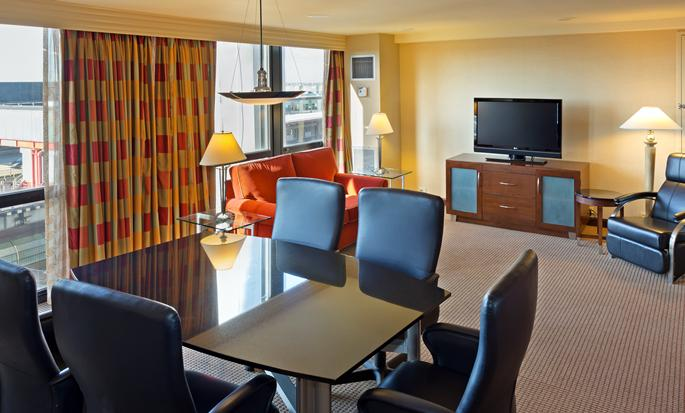 Hilton Chicago O'Hare Airport - Sala de estar de la suite