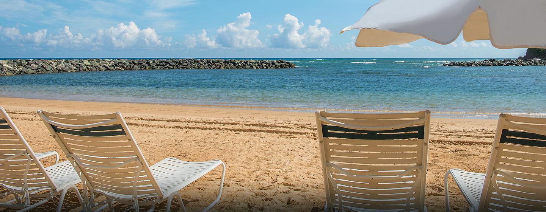 Embassy Suites Dorado Del Mar Beach Resort, Puerto Rico - Sillas reclinables junto a la playa