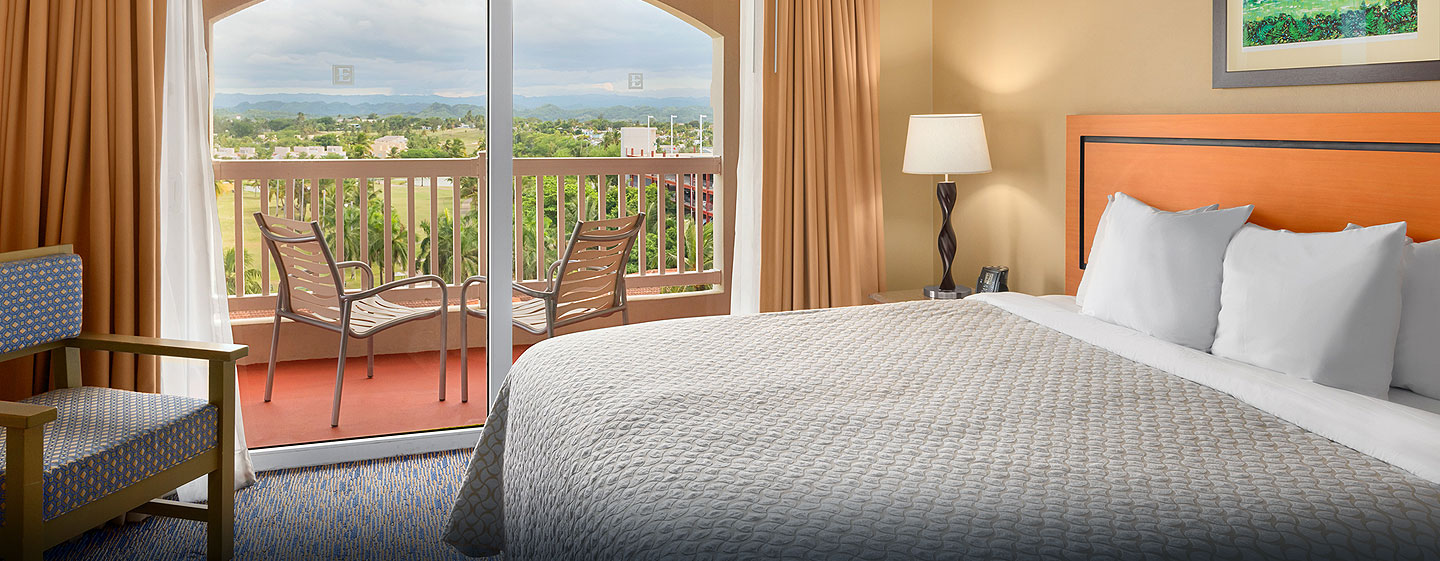 Hotel Embassy Suites Dorado del Mar - Beach & Golf Resort, Puerto Rico - Suite con cama king y vista al campo de golf