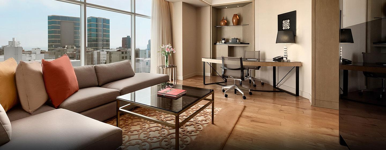 Hilton Lima Miraflores, Perú - Suite de un dormitorio con cama King y sala de estar