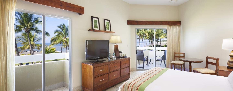 Hôtel DoubleTree Resort by Hilton Central Pacific, Puntarenas, Costa Rica - Chambre avec un très grand lit, balcon et vue partielle sur l'océan