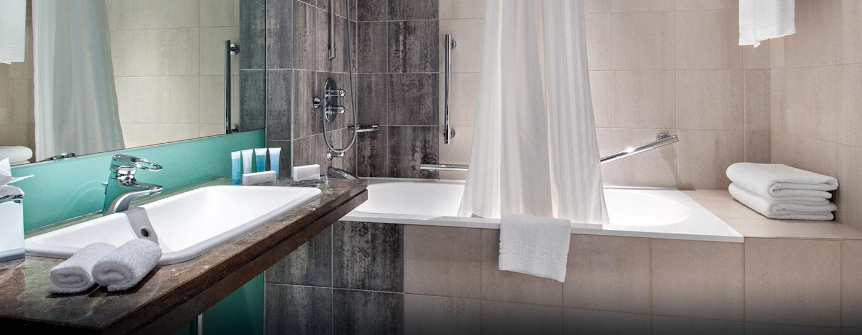 Hôtel Hilton London Canary Wharf, Londres - Salle de bains d'une chambre pour personnes à mobilité réduite