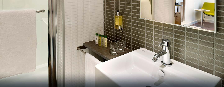 Hôtel DoubleTree by Hilton Tower of London, Londres - Salle de bains d'une chambre avec très grand lit