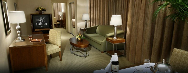 Hôtel Hilton Toronto Markham Suites Conference Centre & Spa, ON, Canada - Chambre d'une suite de luxe avec très grand lit