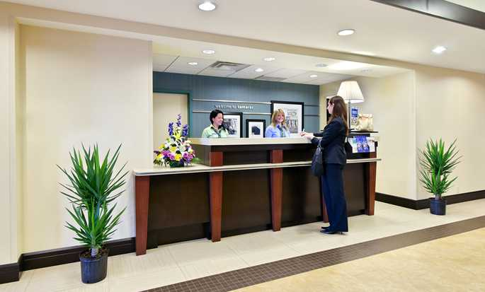 Hampton Inn & Suites Ft. Lauderdale West-Sawgrass/Tamarac, FL - Hotel Front Desk