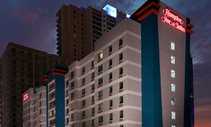 Hampton Inn & Suites Miami/Brickell-Downtown hotel, FL - Hotel at night